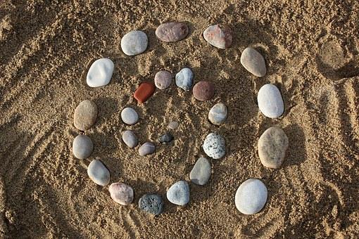 Pierres zen sur le sable