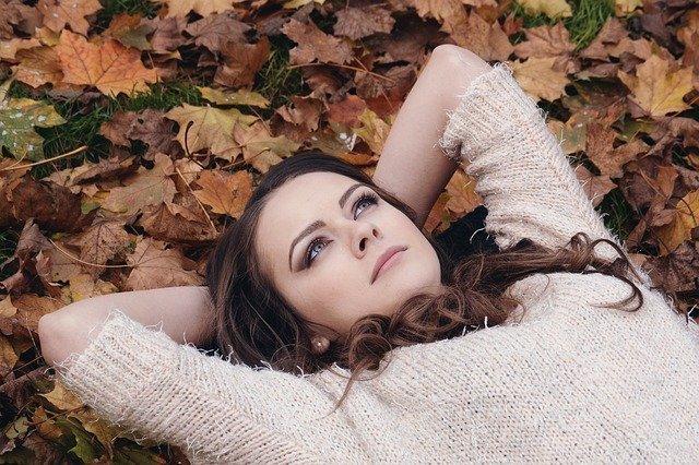 femme allongée perdue dans ses pensées