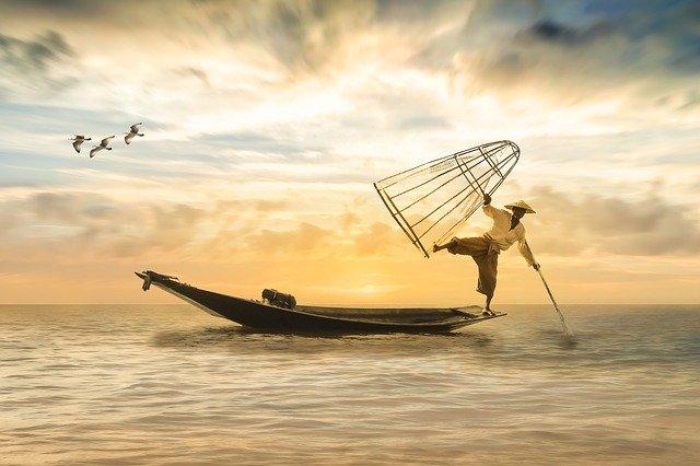 Pécheur en équilibre sur sa barque, qui gère son stress