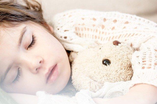 Enfant qui dort profondément