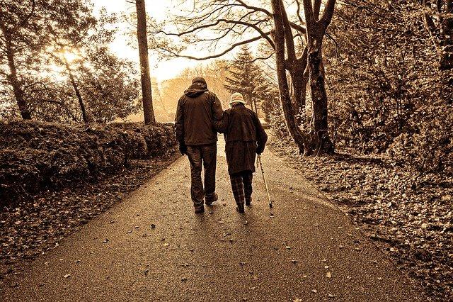 couple marche avec une canne