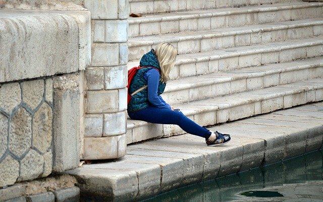 Timidité. Adolescente assise seule sur des marches
