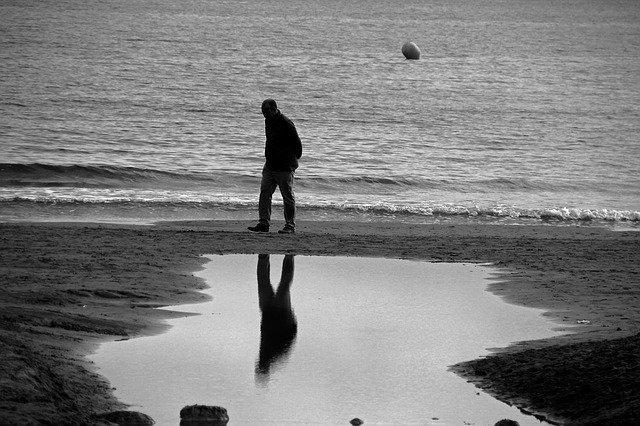 Homme seul sur une plage